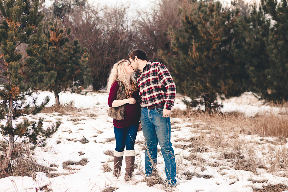 winter maternity couple kissing - ellensburg newborn photographer