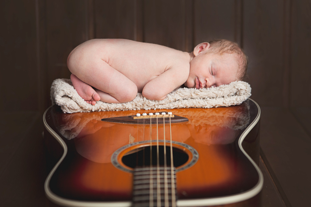 baby girl sleeping on daddy's guitar - ellensburg baby photography