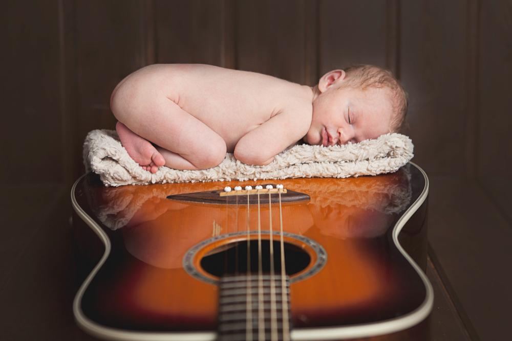 baby girl sleeping on daddy's guitar - ellensburg baby photography