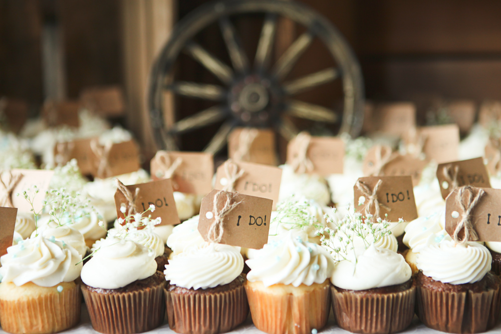 cupcakes and reception details at ritter farms cle elum wedding photographer