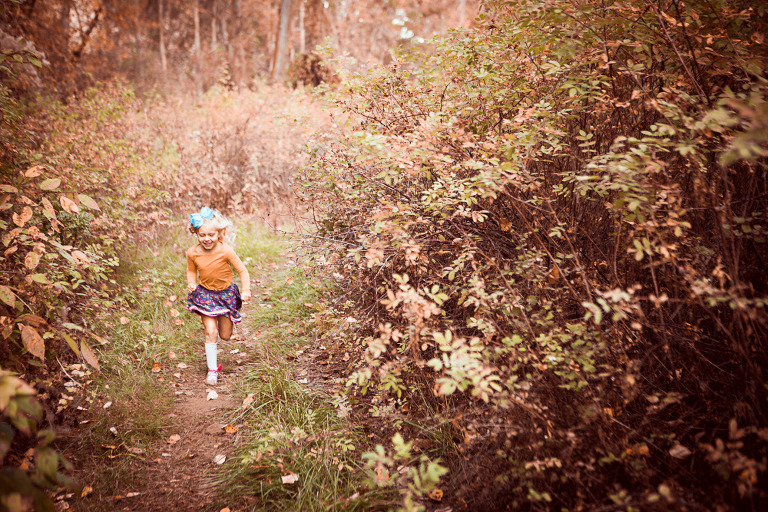 little girl running in fall forest, Rustic fall lifestyle family session captured by Hailey haberman in Ellensburg WA