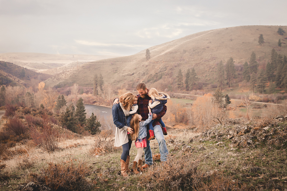 cuddling family of 5 on scenic viewpoint - cle elum family photographer