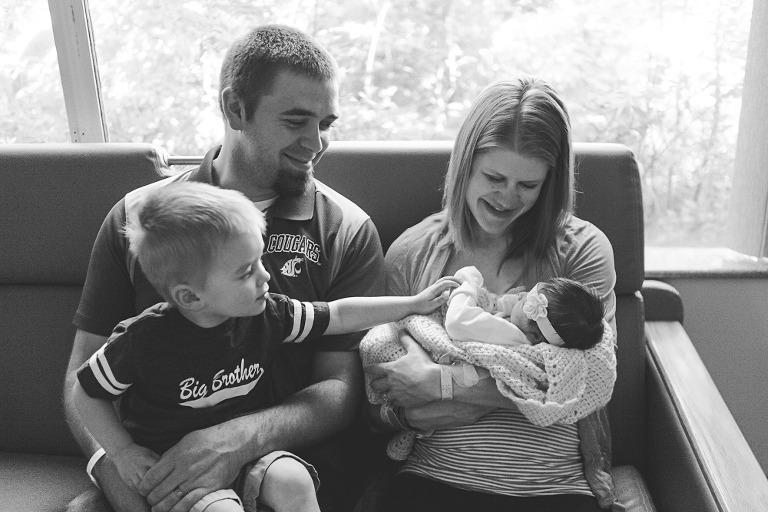 family with new baby fresh48, Baby Callie with Ellensburg Lifestyle Newborn photographer Hailey Haberman in Ellensburg WA